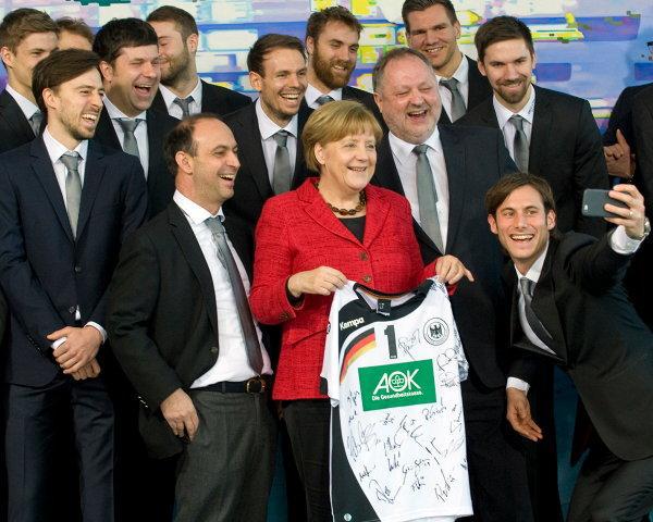 Angela Merkel Németország kancellárja fogadta hivatalában a 2016. januárjában Európa Bajnokságot nyert német férfi kézilabda válogatottat