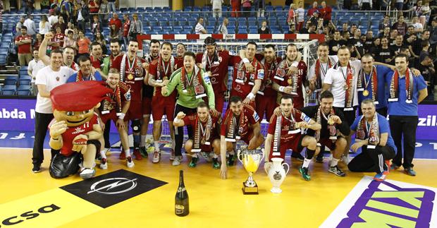 A BOMBA! férfi Magyar Kupa négyes döntőjének fináléjában rendkívül izgalmas mérkőzésen döntetlenre végzett egymással a Szeged és a Veszprém, a büntetőpárbajt azonban a bakonyiak nyerték, és ezzel 25. alkalommal hódították el a Magyar Kupát. A bronzmérkőzésen a Balatonfüred végig vezetve két góllal nyert a Mezőkövesd ellen.